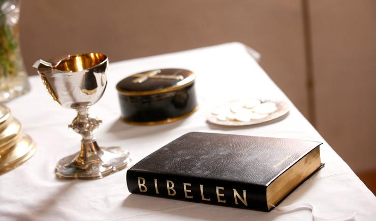Kalk, oblater og Bibel