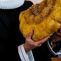 Præst bryder brød