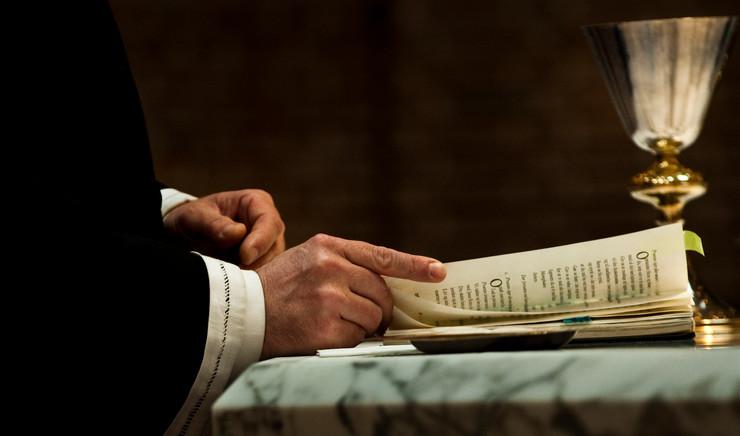 Præst ved alter
