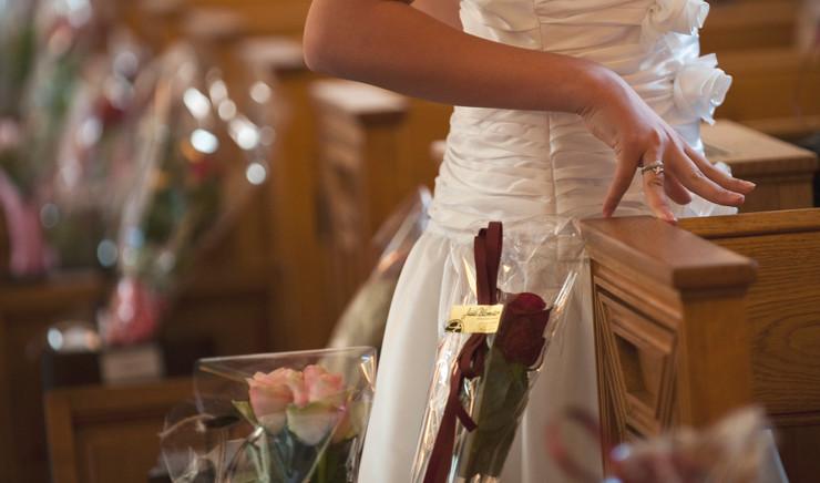 udsnit af konfirmationskjole og blomster