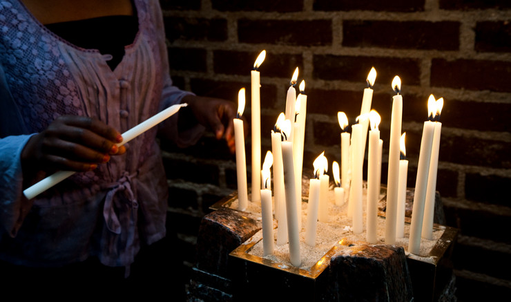 Der tændes levende lys i kirken