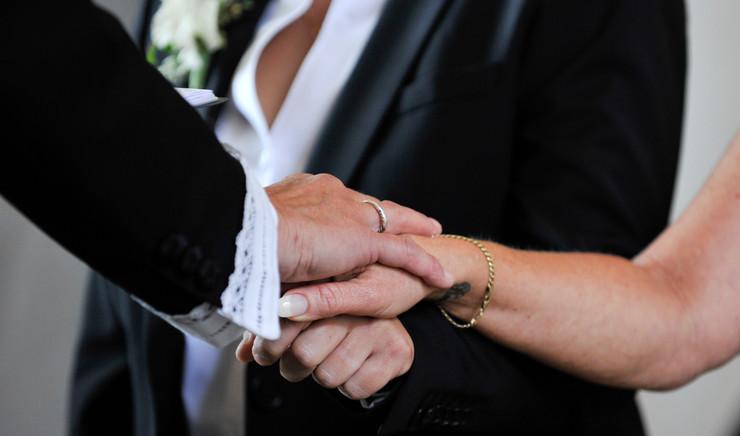 Hænder af brudepar