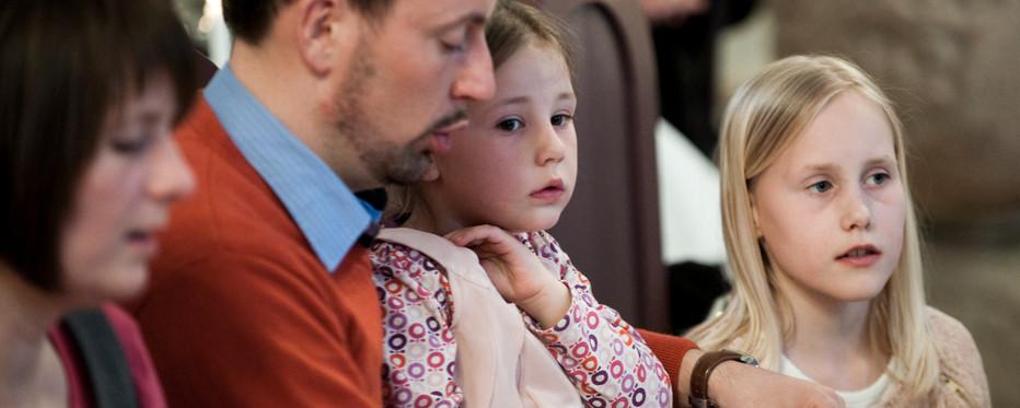 Familie til gudstjeneste. Foto: folkekirken.dk